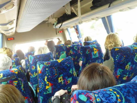 バスの座席は広いです、エアコンも寒いぐらいに効きます!!