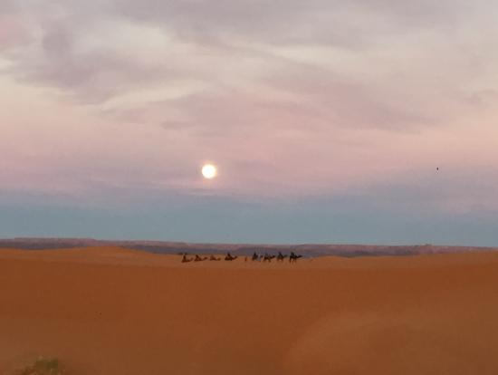 満月のサハラ砂漠