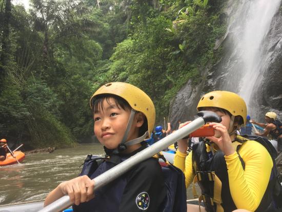 途中の大きな滝で休憩中