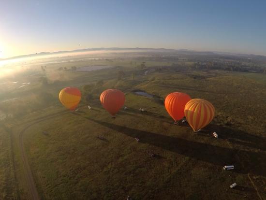 地上の気球たち