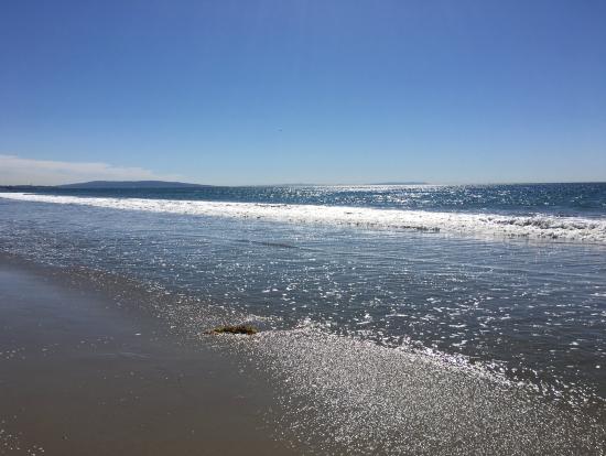 ビーチは人が少なく開放的