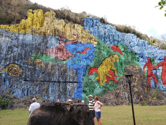岩山に絵が描いてあります。