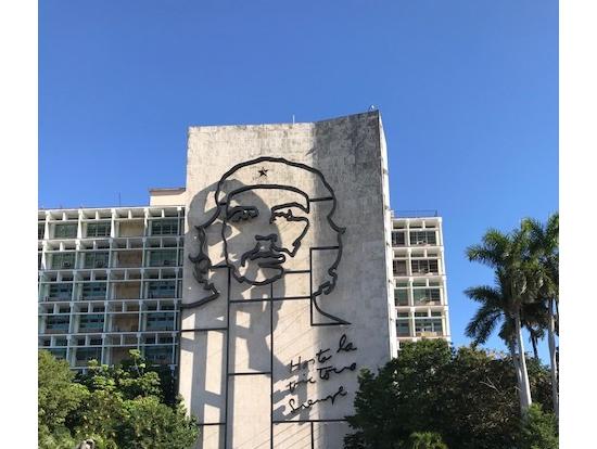 革命広場のゲバラ像