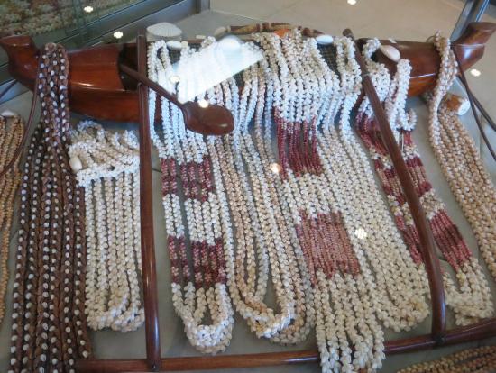 カウアイ島の西に浮かぶニイハウ等の特産の貝のネックレスを売るみやげ店へも寄ります