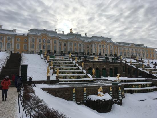 雪におおわれたペテルゴフの噴水