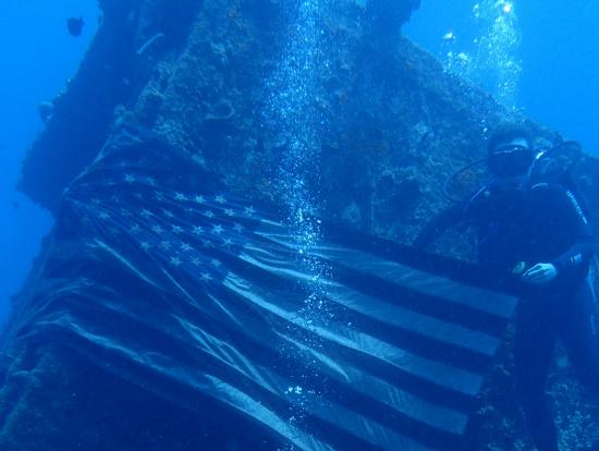 沈船 with US flag