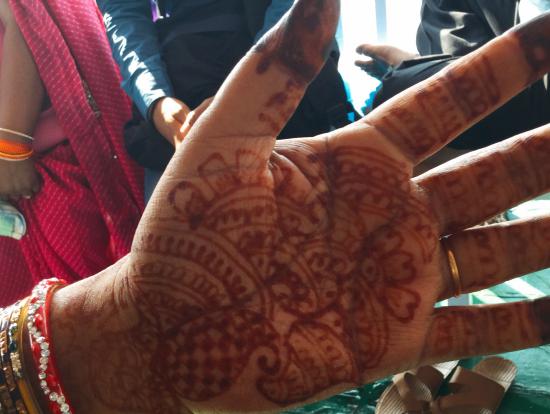 フェリーで隣だったおばあちゃんの手。全部自分で描いたそう。アクセサリーもとっても素敵でした…!