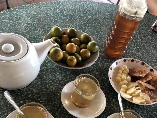 蜂蜜とお茶をまぜて飲みます