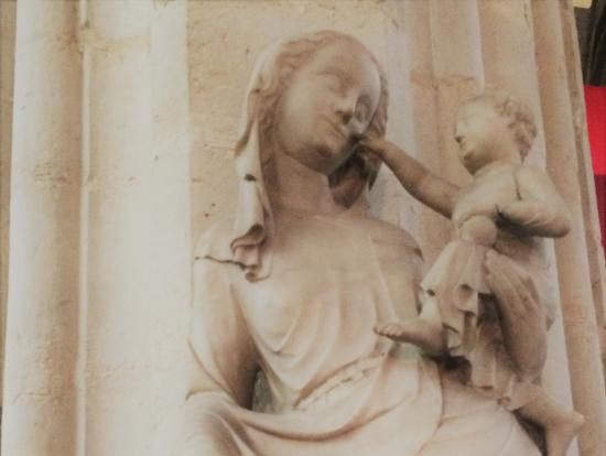 おかあさんのほっぺをつっつく子どもとやさしく微笑む母の聖母子像