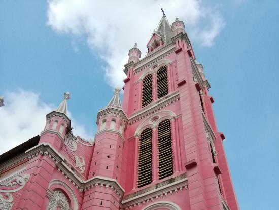 世界中でここだけだろうというピンクのタンディン教会。