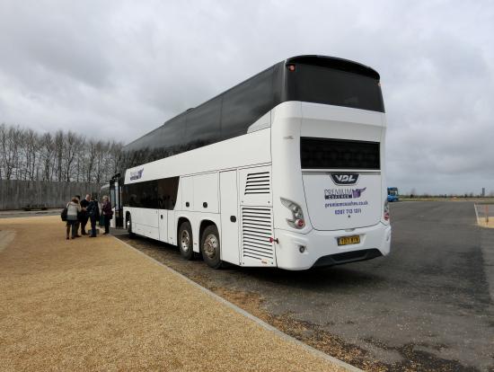 私が乗車したバス(外観)です。撮影場所はストーンヘンジの駐車場です。