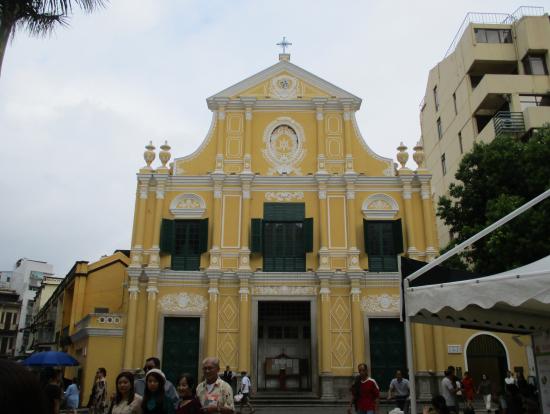 クリームイエローの聖ドミニコ教会
