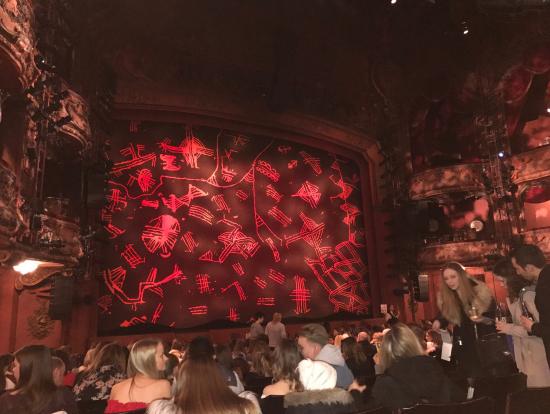 開幕前の劇場内・・・緞帳の色、座席、観客などから熱気が伝わってきます