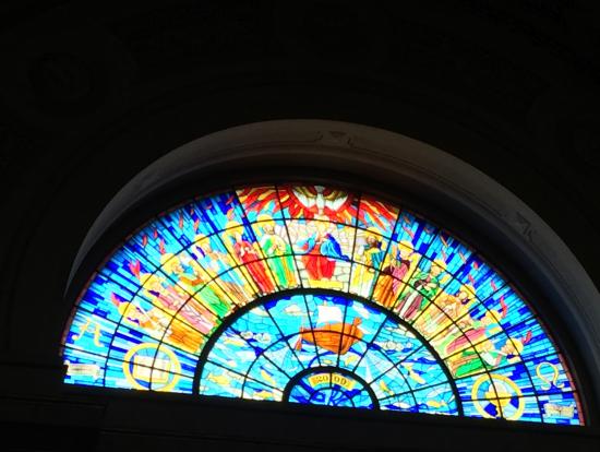 Eger大聖堂内のステンドグラス