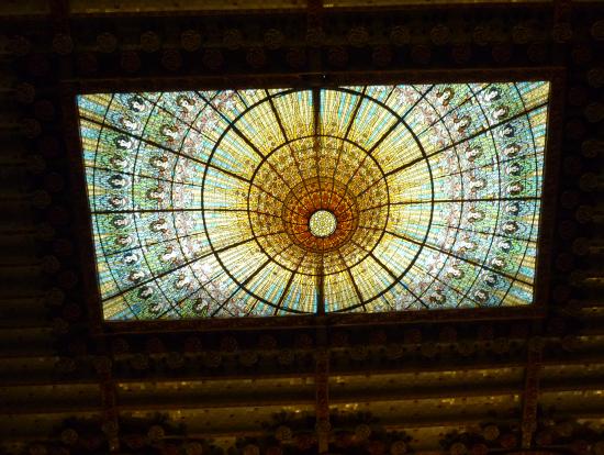 大ホール天井のステンドグラス、夜はブルーになるらしい。