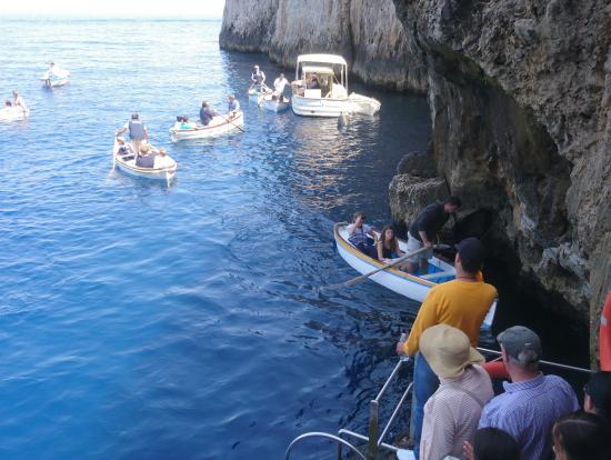青の洞窟の入口付近です