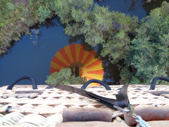水面に移る熱気球