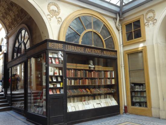 パッサージュ内の歴史ある本屋さんです