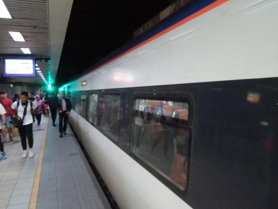 KLセントラル駅ホームに到着した列車