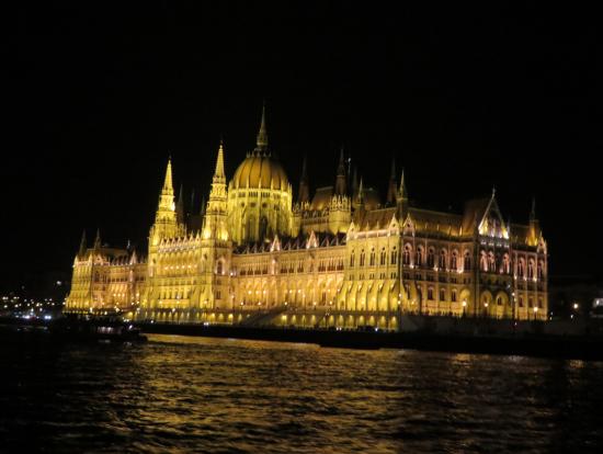 国会議事堂の夜景。