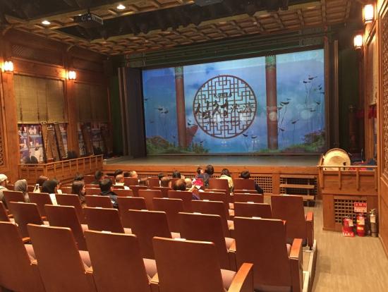 上演待ち、正面のスクリーンに字幕が映し出されます