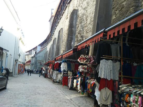 城壁沿いの店々