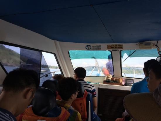サヌールの港→レンボンガン島・ペニダ島への船内