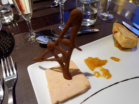 写真は旦那さんの分も入って二人分のお食事です!お食事はエッフェル塔のモチーフが使われたりして、エッフェル塔ならではの雰囲気が味わえるディナーです!