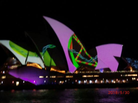 オペラハウスのライトアップ色が変わる。