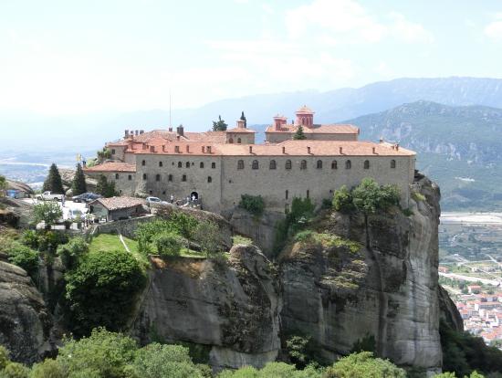 奇岩といって良いような山の頂上近辺に作られたメテオラの修道院