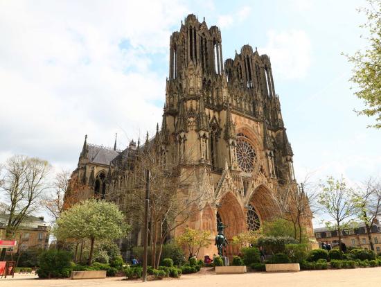 ランスの大聖堂 反対側からとると修理中が分かってしまいます