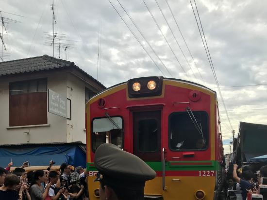 直ぐ近くに電車が来ました。