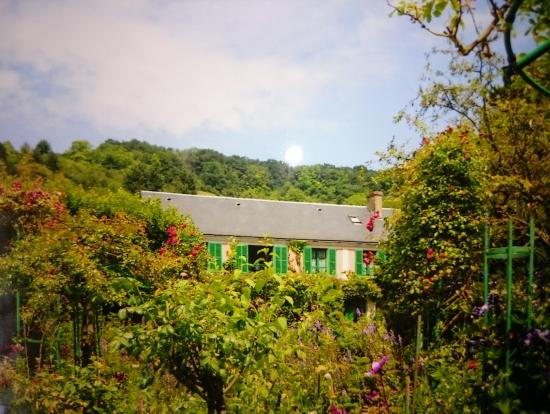 〝庭から眺めるモネの家〟