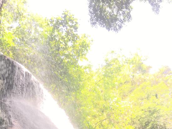 滝の下から見る空は不思議な感覚!