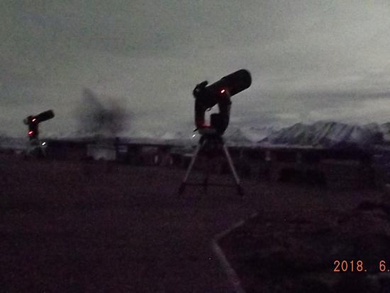 観光用望遠鏡が2台、南半球の空に向いていました