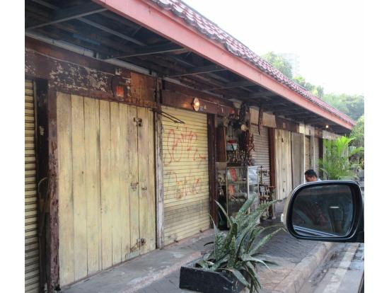 朝のスラバヤ骨董通りは開いてない店が半分くらいあったけど、十分見られました。