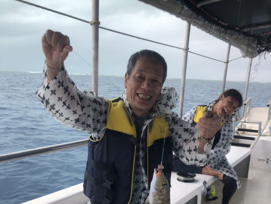 手釣り体験!手釣りも海が荒れてきたので、島での昼食分が釣れたら即、カヤンゲル島に移動することになりました。