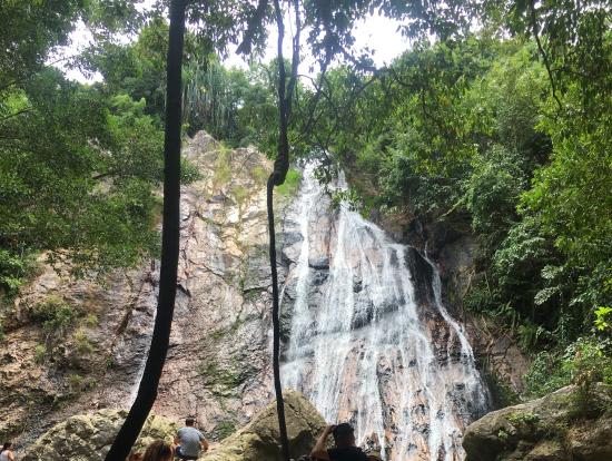泳ぐ人もいるナムアンの滝