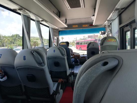 行きのバスの車内。日帰りツアーの参加者と同じバスで向かいました。