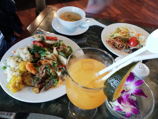1日目の昼食。ベトナムテイストでおいしかったです。
