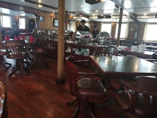 船内の食堂。料理の種類の多さに特に不満はありませんでした。