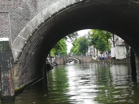 橋が続く風景で有名な写真スポットだそうです。