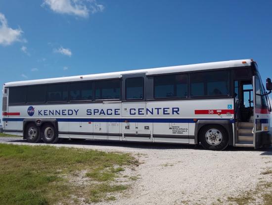 このバスで施設内をまわります。