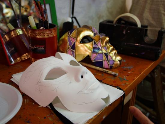 この形のマスクに決めました。色を塗る前です。