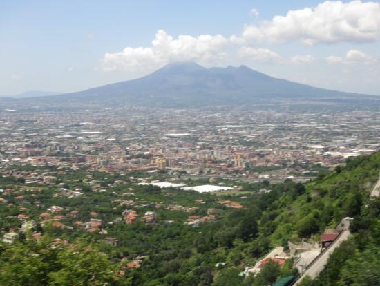 ポンペイ郊外からベスビオ火山