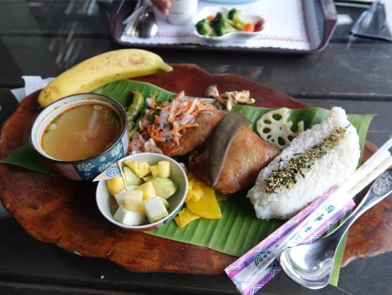 昼食に食べた原住民料理。ライスが台湾の形です。