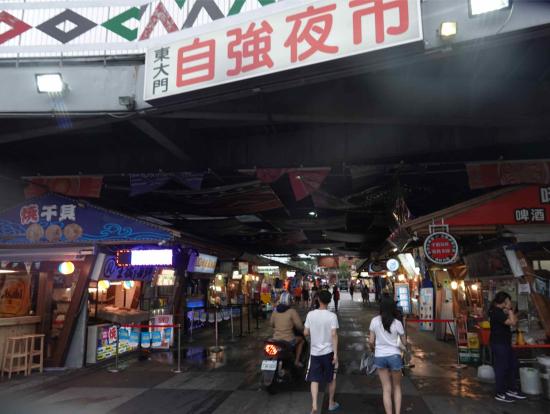 夜市では1時間ほど自由時間があります。市内中心部まで歩いてもすぐ。