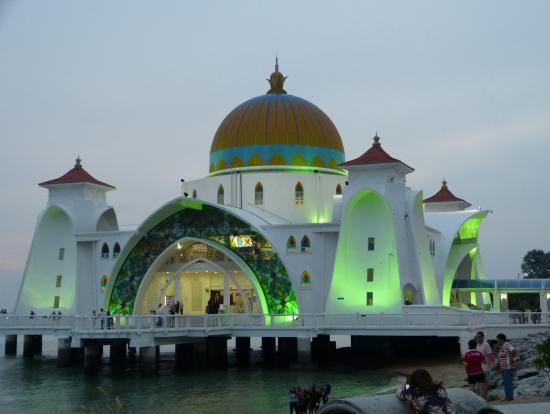 ライトアップした海辺のモスク