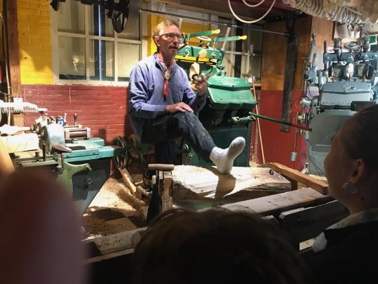 木靴工房での実演、ユーモアたっぷり
