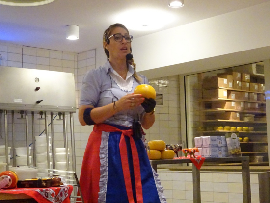 チーズ工房での説明、この後試食もたっぷり